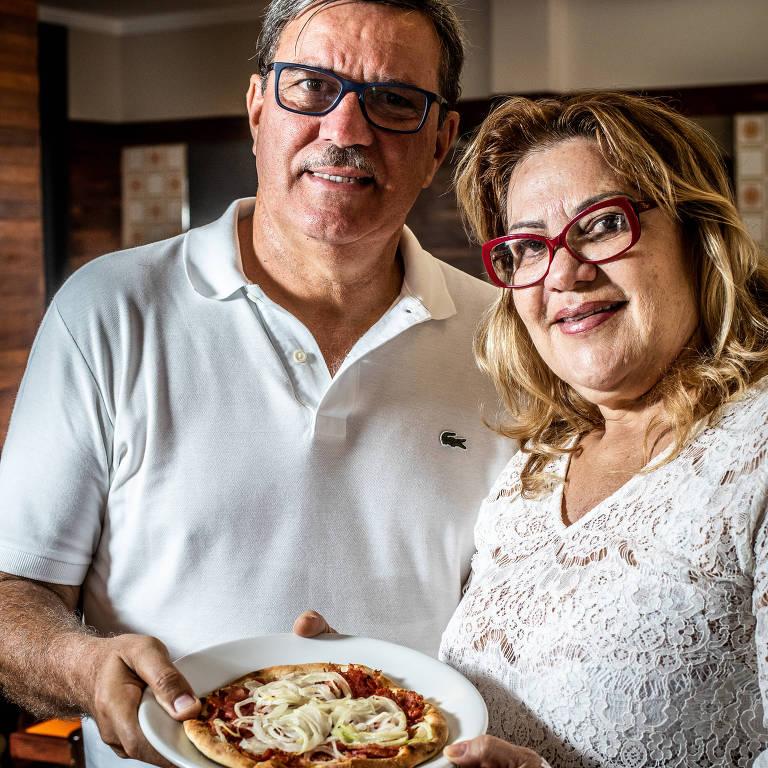 Luiz Alberto e Denise, clientes hᐠ40 anos; a esfirra de calabresa é uma das preferidas