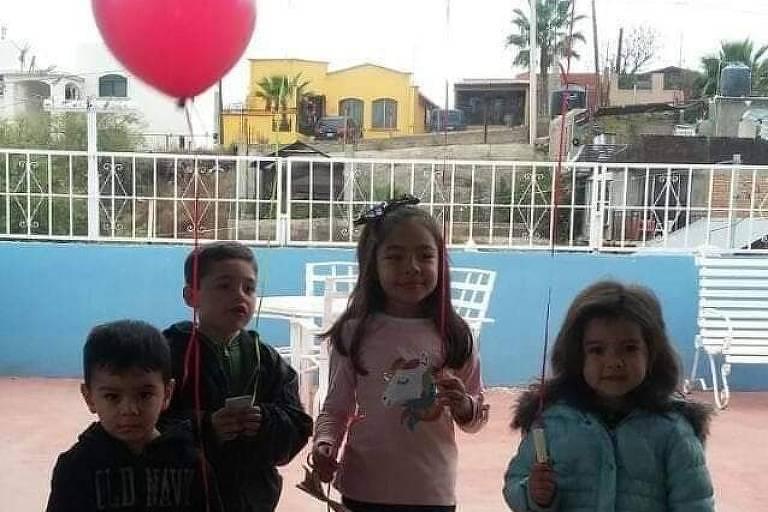 Dayami (no centro) com balão vermelho