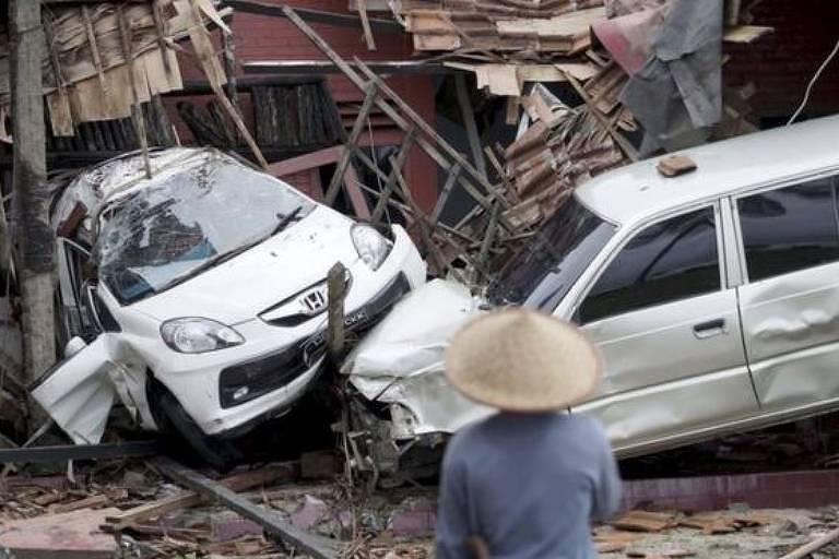 As populações costeiras do noroeste da ilha de Java foram golpeadas por duas ondas