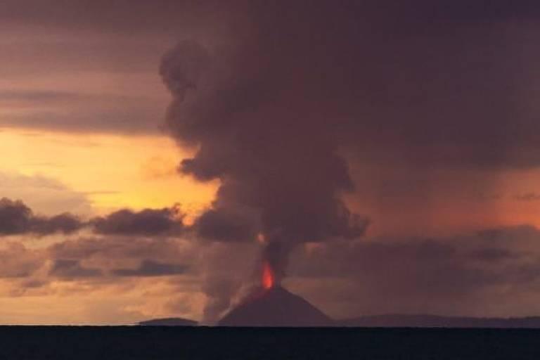 O Krakatoa entrou em atividade durante o sábado no fim da tarde, mas não no momento do tsunami. O fotógrafo Oystein Lund Andersen captou a imagem