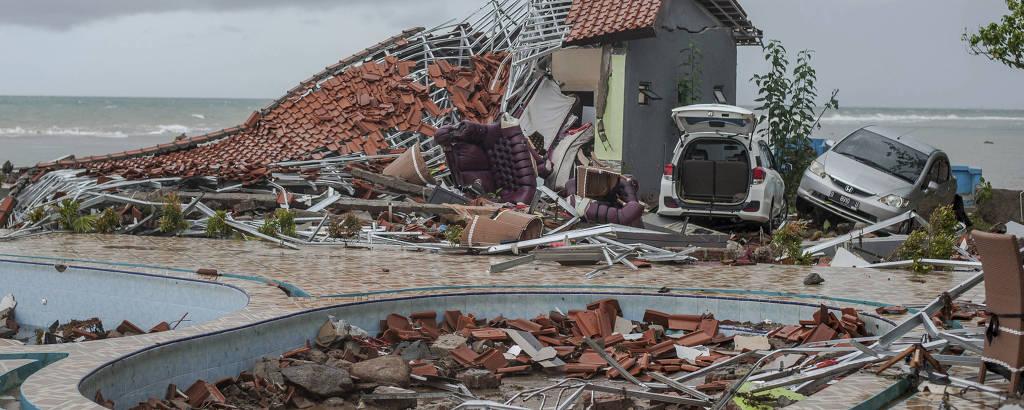 cassa e carros destruídos