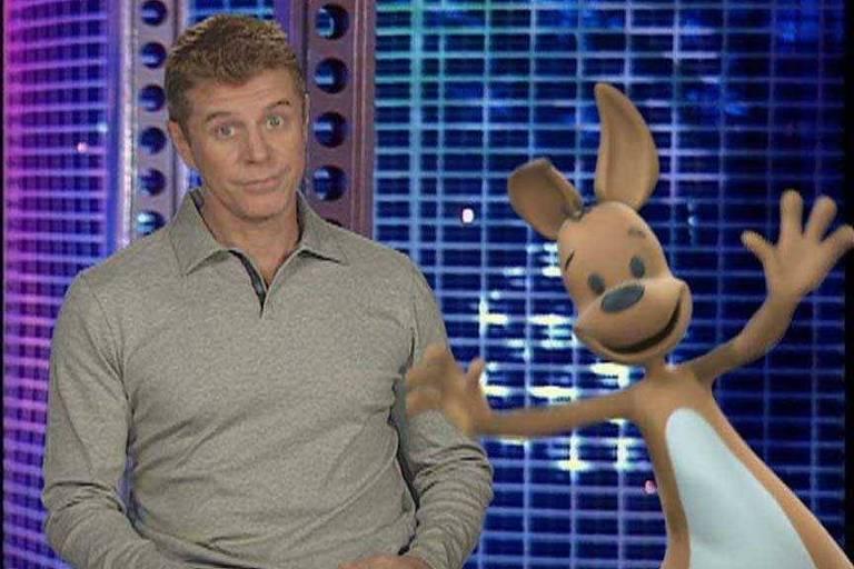 Miguel Falabella está no cenário do programa Vídeo Show com o mascote da Olimpíada de 2000