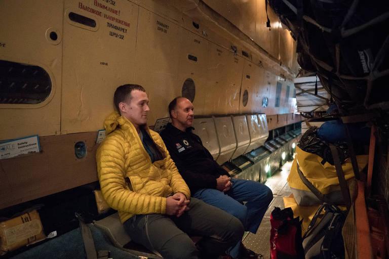 Colin  O´Brady (esq.) e Louis Rudd no avião que os levou à Antártida