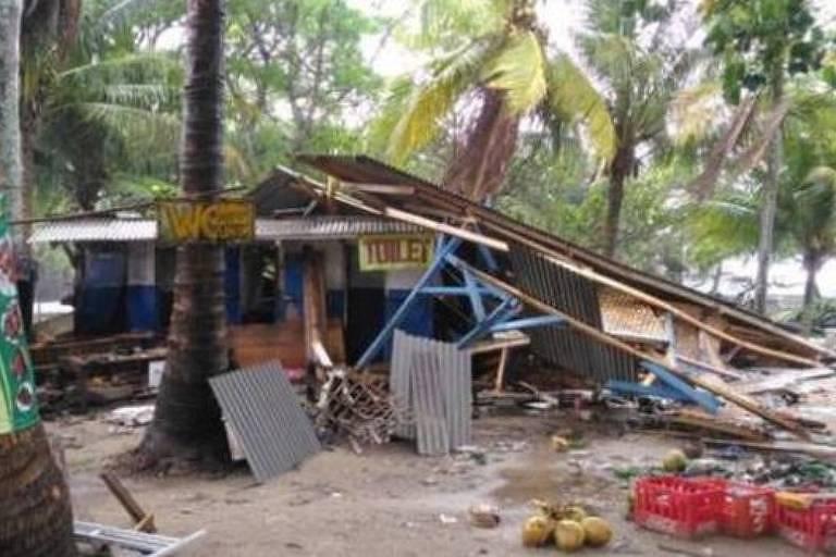 A loja à beira-mar de Rudi foi parcialmente destruída pelo tsunami