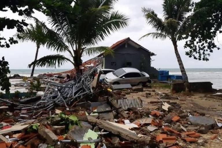 Detritos estão espalhados pela praia de Carita em Pandeglang, província de Banten, na Indonésia
