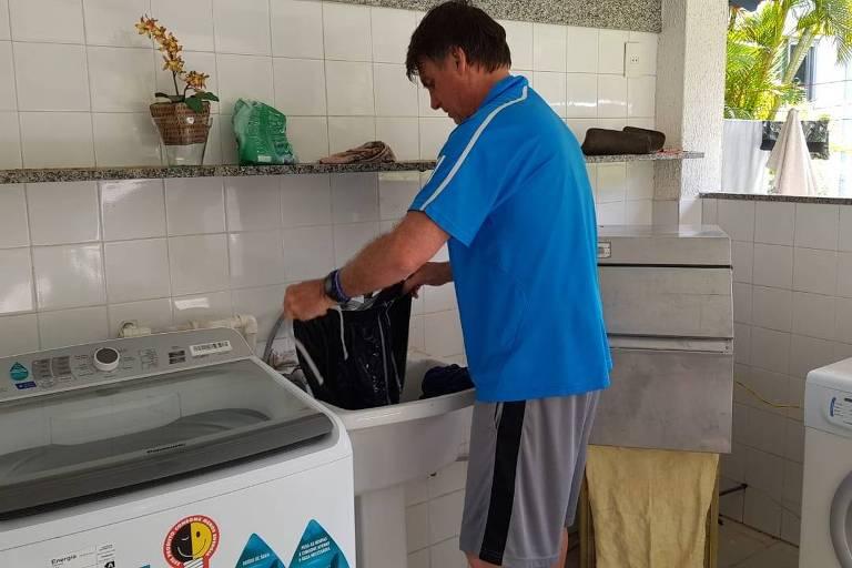 O presidente eleito, Jair Bolsonaro, lava roupa na Restinga da Marambaia