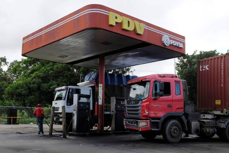 Posto de gasolina com o logo da estatal de petróleo da Venezuela, PDVSA, em Cupira, Venezuela.