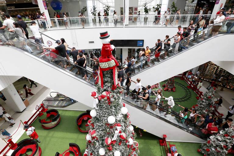Movimentação no Shopping Itaquera às vésperas do Natal