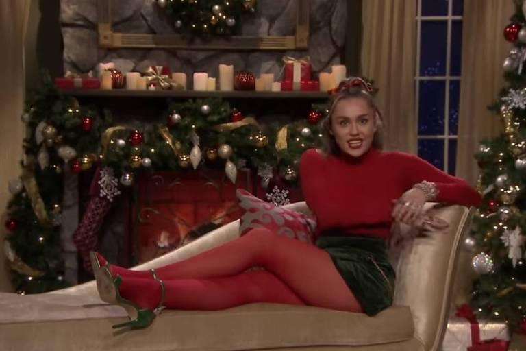 Miley Cyrus durante sua apresentação de natal no The Tonight Show com Jimmy Fallon
