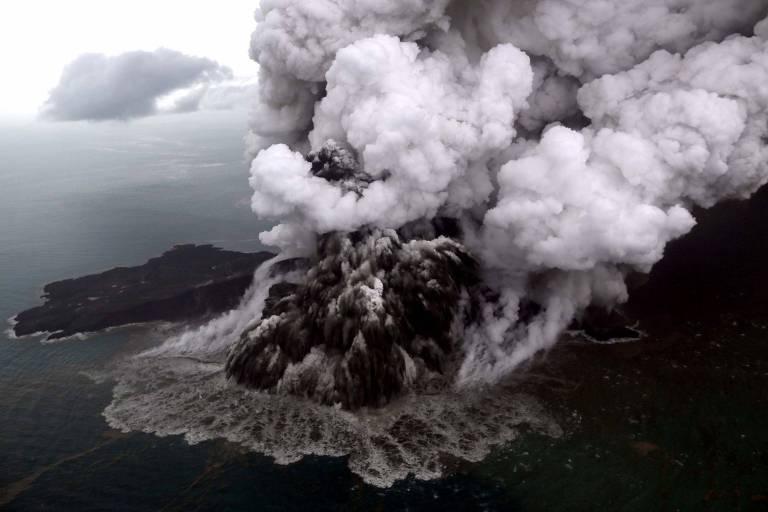 Foto tirada no domingo, antevéspera de Natal, mostra o vulcão Anak Krakatoa em erupção na Indonésia
