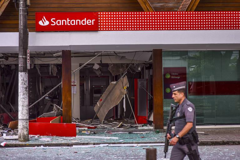 Agência bancária destruída por criminosos com explosivos em Campos do Jordão (SP)