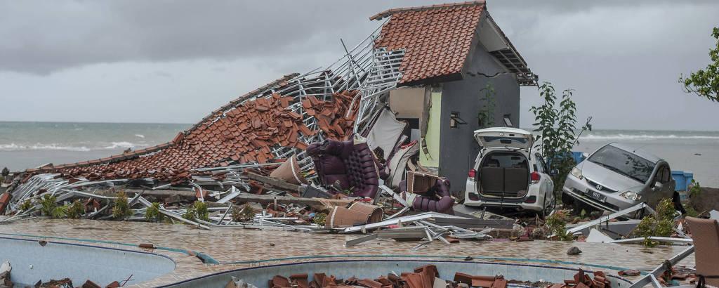 Casa e carros destruídos em Carita, na Indonésia, após a região ser atingida por tsunami