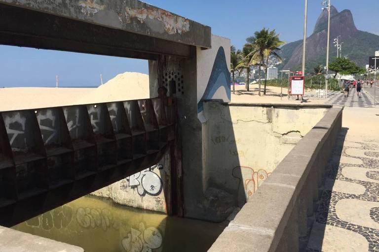 Canal do Jardim de Alah é uma das fontes de poluição da praia do Leblon (zona sul do Rio), com relatos de despejo de esgoto clandestino