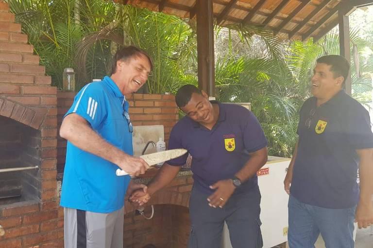 Ilha da Marambaia, RJ, 24 de dezembro de 2018. O presidente eleito, Jair Bolsonaro, brinca com faca durante churrasco com funcionários da Ilha da Marambaia. Foto: Divulgação