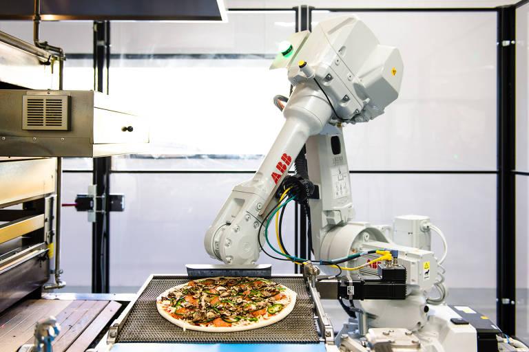 Robô faz pizza na Zume, na Califórnia