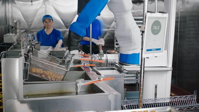 Robô Flippy, da Miso Robotics, faz fritura nos EUA