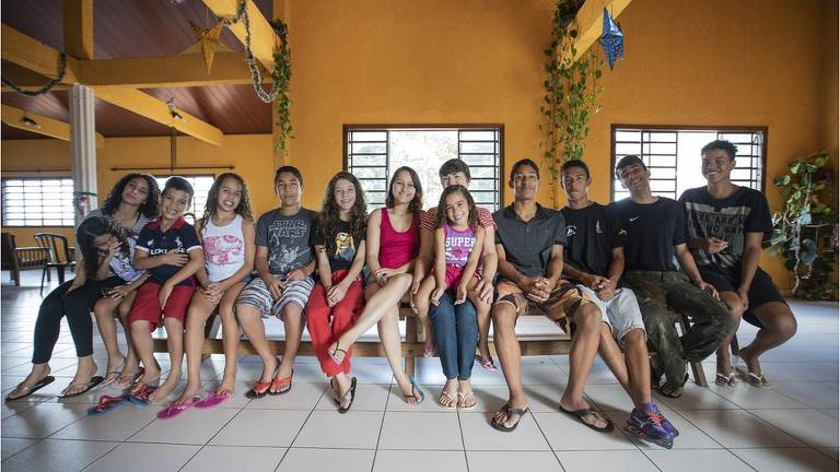 Joana Célia (centro) em casa com 12 de seus 22 filhos