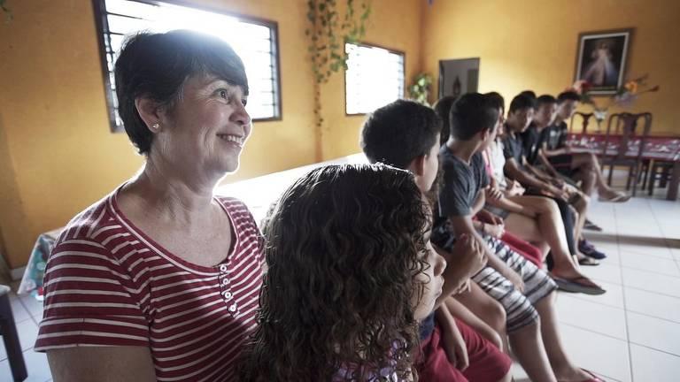 Casal adotou seis irmãos que passaram boa parte da infância em abrigos