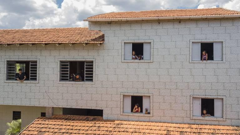 Família vive em uma residência grande, projetada e construída por Olavo. Cada criança e adolescente tem um quarto - atualmente 14 moram lá