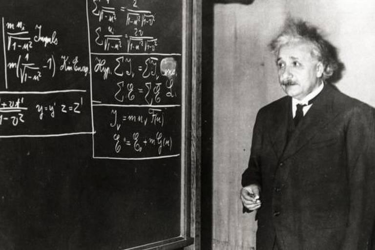 Einstein em frente a quadro negro