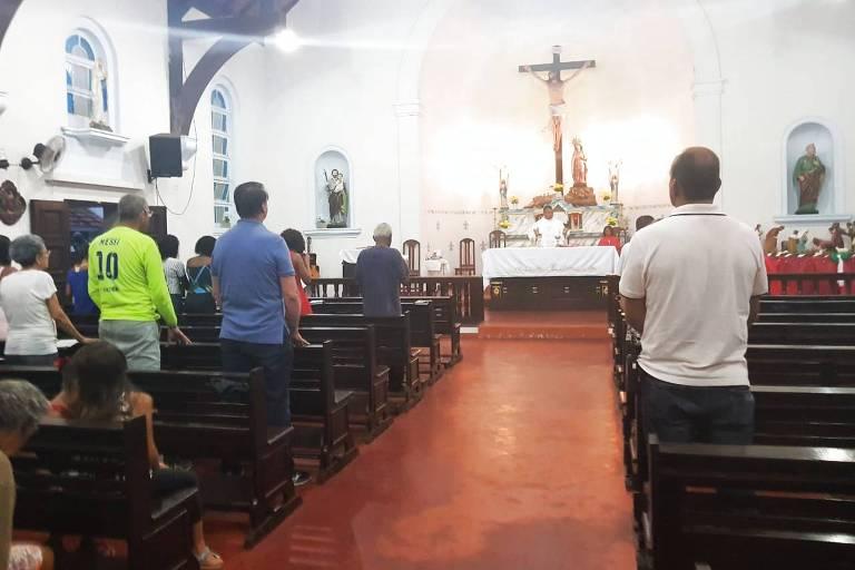 Resultado de imagem para Bolsonaro participa de missa