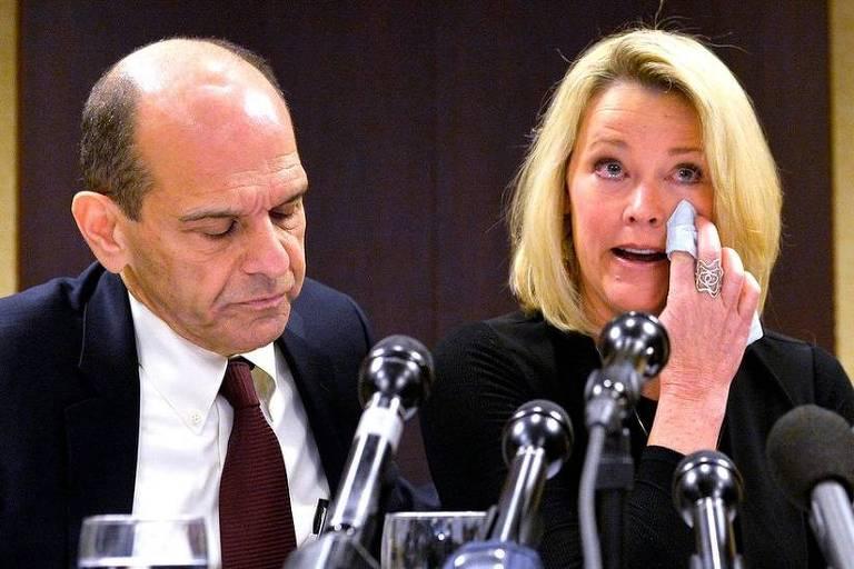 Heather Unruh enxuga lágrimas em frente a vários microfones