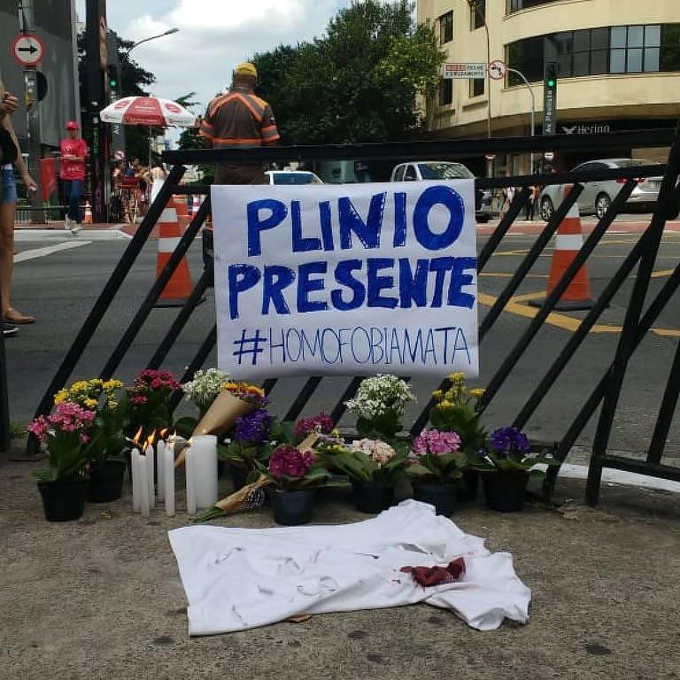 Pequena manifestação na avenida Paulista no domingo (23) em homenagem a Plínio, homossexual assassinado na sexta (21)