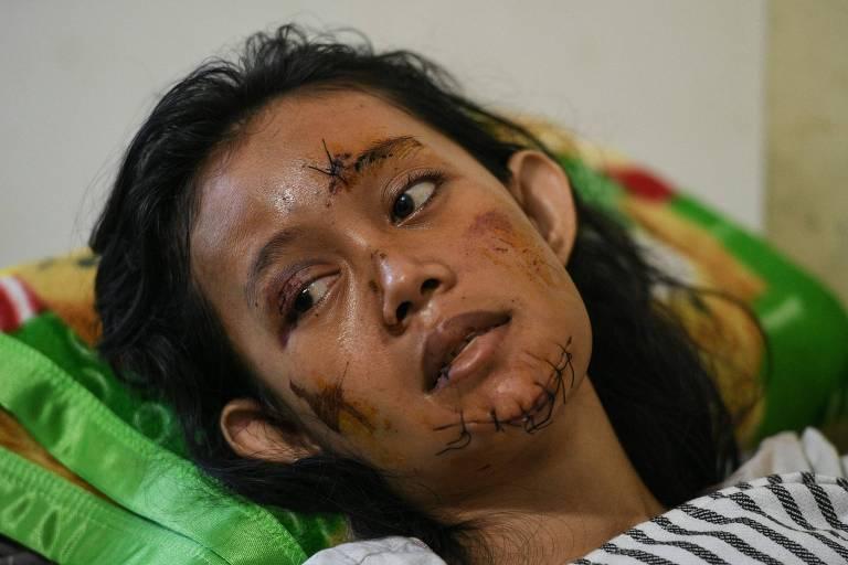 Sobrevivente do tsunami no hospital na província de Lampung nesta terça (25)
