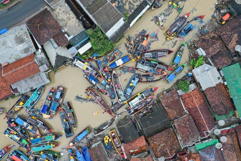 Vista aérea de botes pesqueiros destruídos pelo tsunami na vila de Teluk, província de Pandeglang