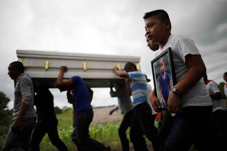 Amigos e família carregam o caixão da guatemalteca Jakelin Caal, de 7 anos, que morreu no início do mês sob custódia de agentes de imigração dos Estados Unidos. Ela foi enterrada em seu vilarejo, San Antonio Secortez, na Guatemala, nesta terça-feira (25).