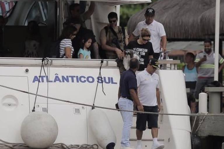 Futura primeira-dama desembarca com camiseta com frase da juíza Gabriela Hardt, que interrogou Lula