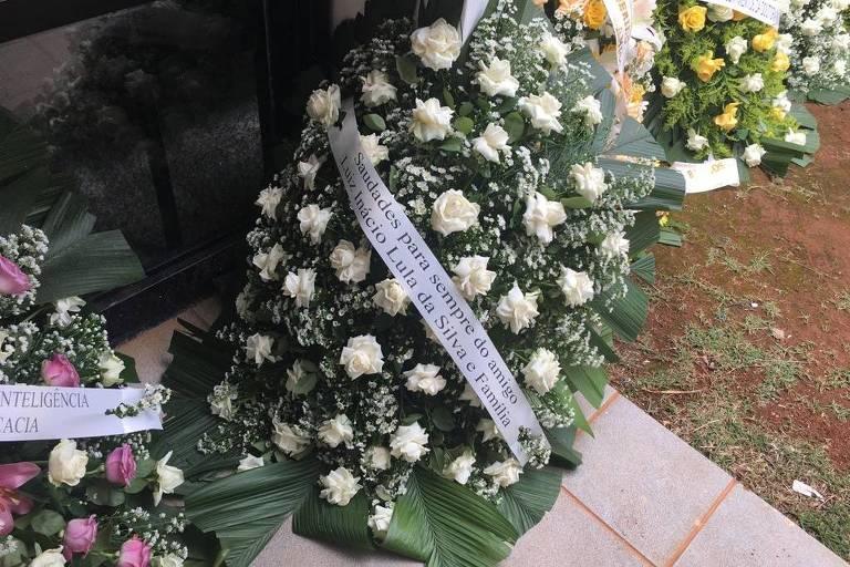 Coroa de flores enviada em nome do ex-presidente Lula para o velório do ex-deputado Sigmaringa Seixas