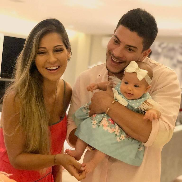 O casal Mayra Cardi e Arthur Aguiar e a filha Sophia