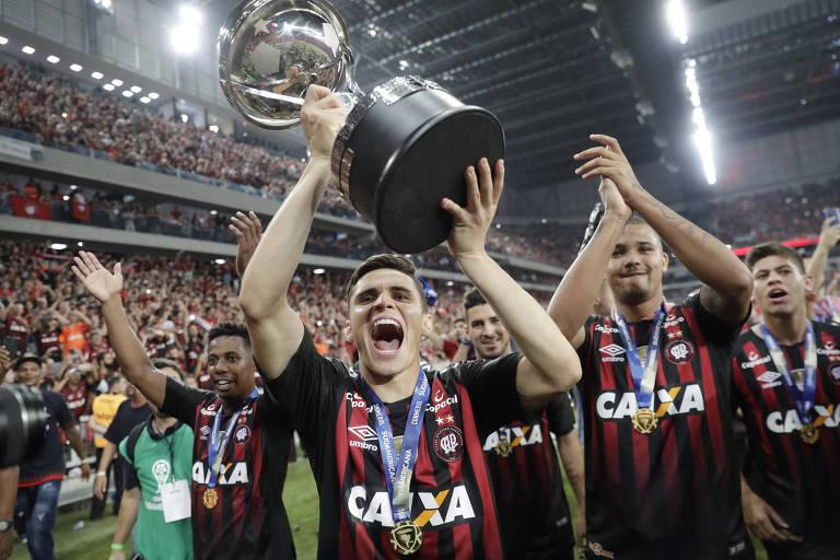 Raphael Veiga levanta o troféu de campeão da Copa Sul-Americana
