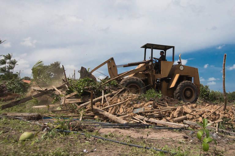 Máquina destrói construção no Tremembé do Engenho, no município de São José de Ribamar (MA), após reintegração de posse determinada pela Justiça