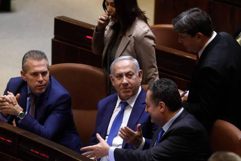 O premiê de Israel, Binyamin Netanyahu (centro), durante a votação que dissolveu o Parlamento visando as eleições em abril