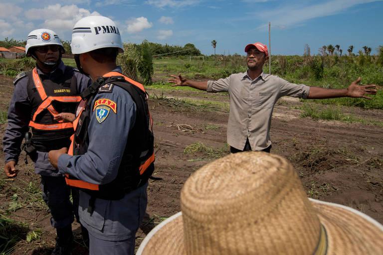 Morador do Tremembé do Engenho questiona policiais durante a reintegração de posse da propriedade