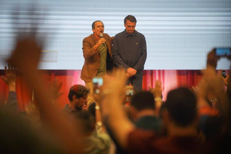 O presidente eleito, Jair Bolsonaro (PSL), participa de culto ao lado do pastor Silas Malafaia na zona norte do Rio