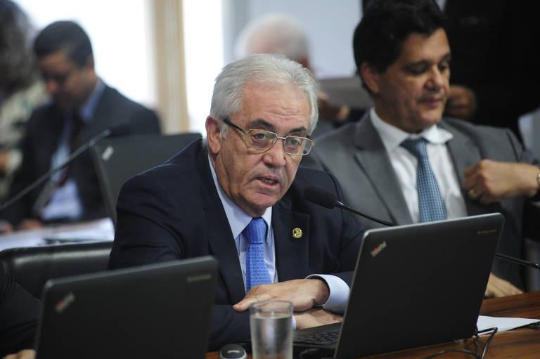 Senador Otto Alencar fala em microfone sentado em uma mesa