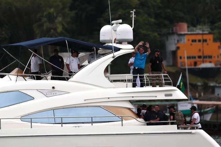 O presidente eleito, Jair Bolsonaro, acena para a população durante a volta da restinga de Marambaia, onde passou o natal com os familiares