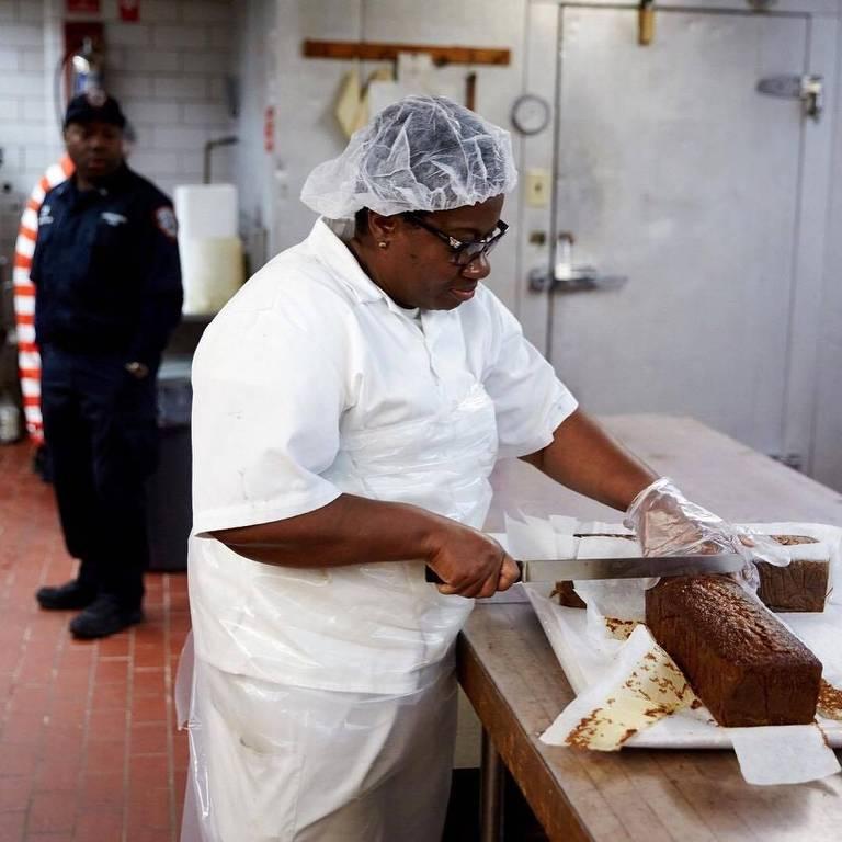mulher cortando bolo
