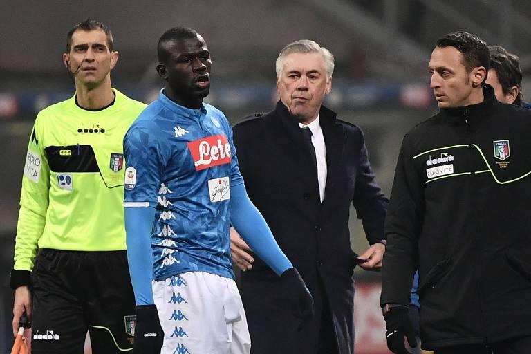 Koulibaly sai de campo após ser expulso na partida contra a Inter de Milão