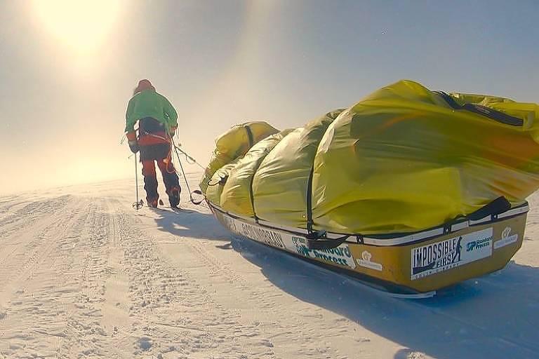 Colin O'Brady carrega seu equipamento no 50º dia de expedição na Antártida