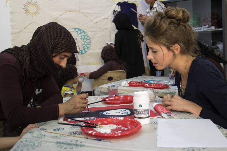 Artista britânica faz oficinas de arte com vítimas de conflitos pelo mundo