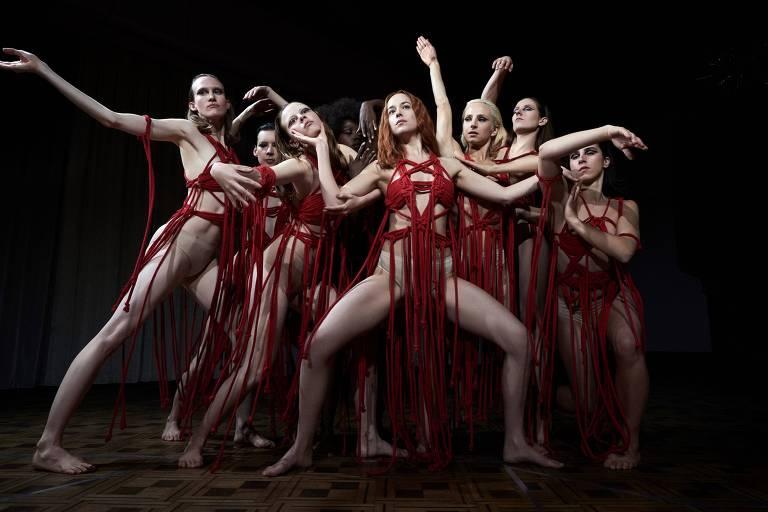 mulheres vestem trapos vermelhos em uma espécie de coreografia