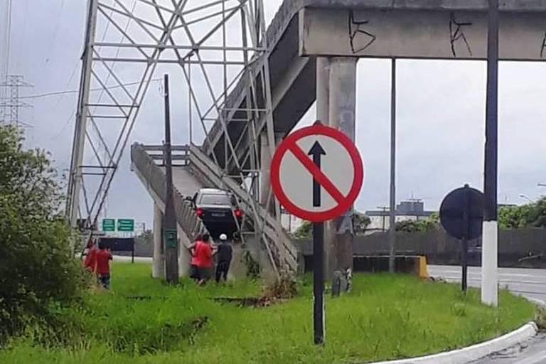 Idoso se confunde e entra de carro em passarela de pedestres em Mongaguá