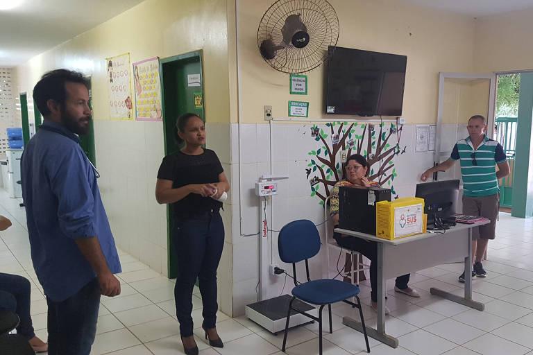 Enfermeira Nikkaele Martins Caldas e o médico Ivo Freitas Cavalcante em UBS em Granja (CE)