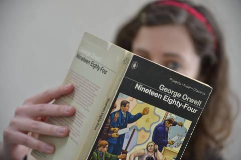 Literatura: a britânica Laura, posa com o livro