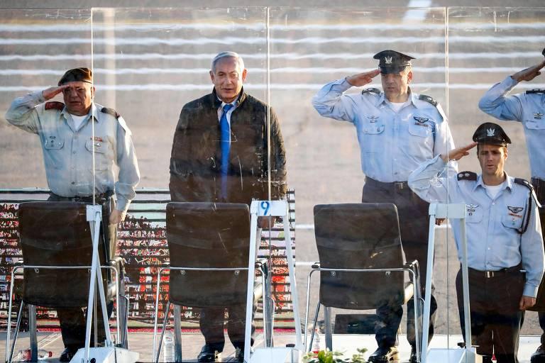 De spbretudo, Netanyahu é recebido com continência por quatro oficiais da aeronáutica