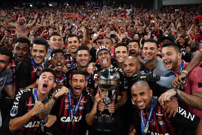 Jogadores do Athletico-PR comemoram, na Arena da Baixada, a conquista da Copa Sul-Americana de 2018